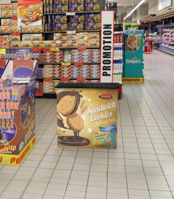 Mostrador publicitario villar en supermercado